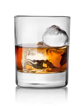 Vaso de whisky con hielo aislados en blanco