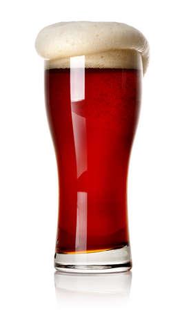 vasos de cerveza: Espuma en cerveza roja aislada en blanco Foto de archivo