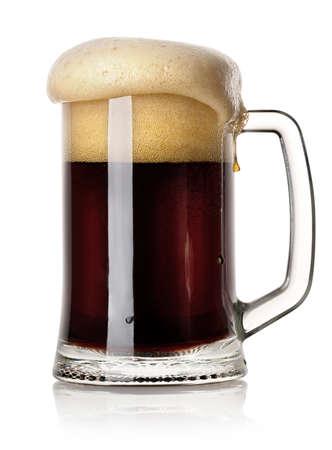 白い背景に分離された黒ビールのマグカップ