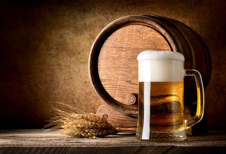織り目加工の背景にビールのある静物
