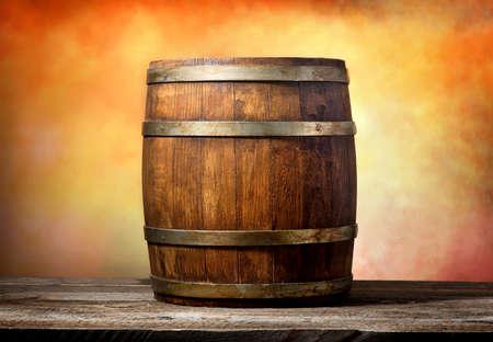 黄色、赤色の背景に木製の樽