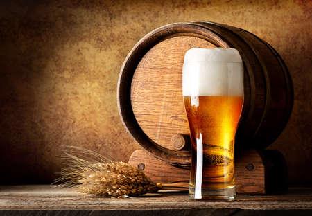 Houten vat en bier met tarwe op een houten tafel