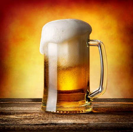 Mok bier op een houten tafel Stockfoto - 39020453