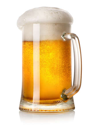 白い背景で隔離のライトビールのマグカップ