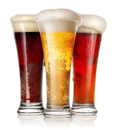 vasos de cerveza: Altos vasos de cerveza aislados en un fondo blanco Foto de archivo