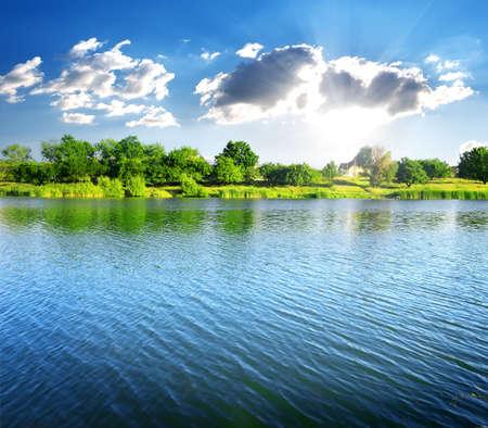 Rimpelingen op de rivier op zonnige zomerdag