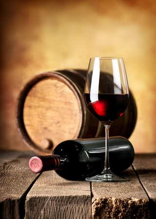Rode wijn en houten vat op een tafel Stockfoto