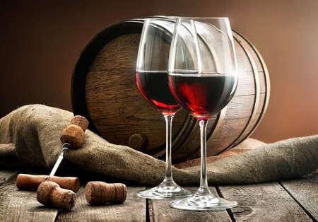 ワインと樽の木製のテーブルの構成
