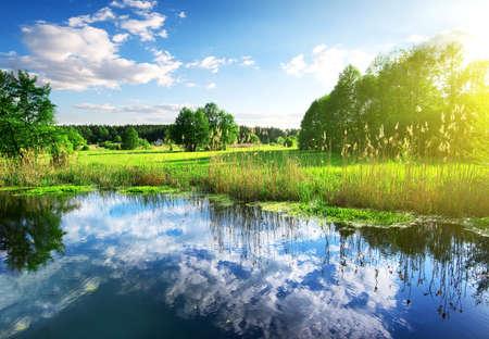reflexion: Reflexi�n de las nubes en el r�o de primavera Foto de archivo