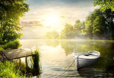 jezior: Łódź na brzegu rzeki w porannych