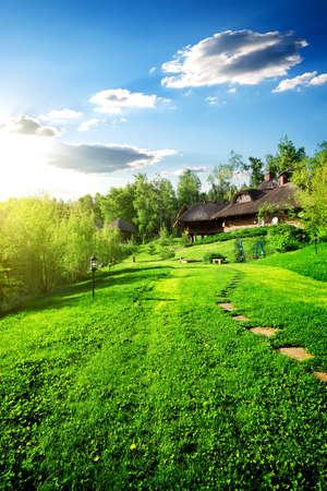 Casas de madera en la pradera verde en la primavera