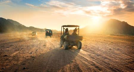 Buggies in der Sandwüste in den Sonnenuntergang Standard-Bild - 44171078