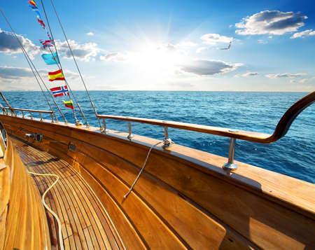 vague: Yacht dans la mer � la journ�e ensoleill�e Banque d'images