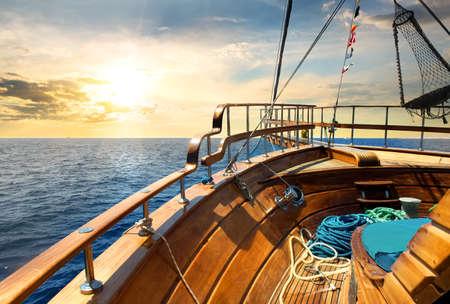 cielo y mar: Velero de madera en el mar al amanecer