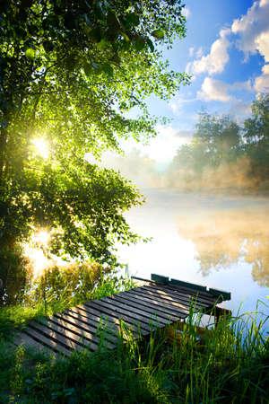 verano: Muelle de pesca en el río en la mañana Foto de archivo