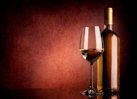 sektglas: Festliche Wei�wein auf einem braunen Hintergrund