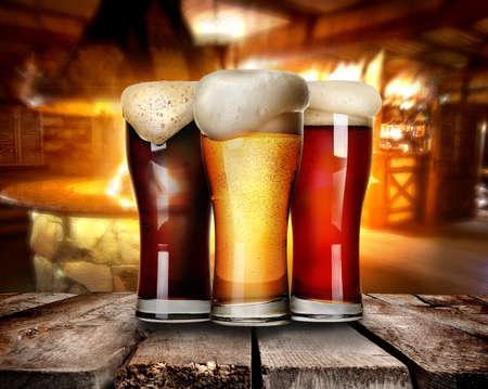 Tre bicchieri di birra su un tavolo in bar Archivio Fotografico - 44761085