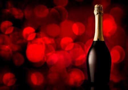 bouteille de vin: Bouteille de champagne sur un fond rouge