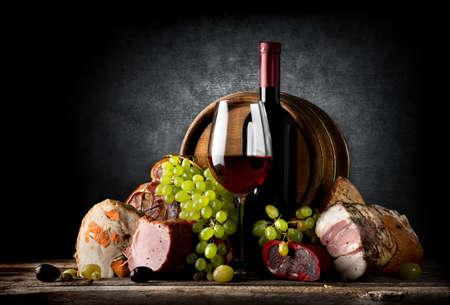 검정색 배경에 와인과 음식