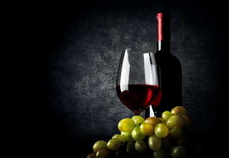 검은 배경에 포도와 와인