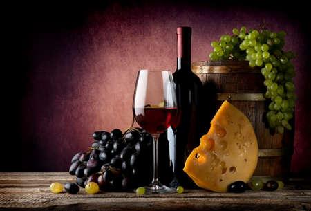 uvas: Vino con maasdam y uva cerca de barrica de madera
