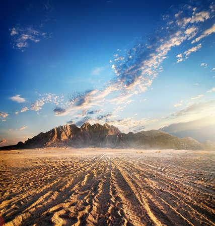 석양 모래 사막에서 산 스톡 콘텐츠