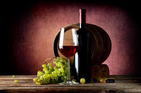 나무 테이블에 포도와 맛있는 레드 와인 스톡 콘텐츠