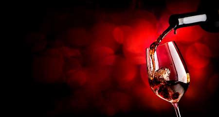Vin versant wineglass sur le fond vineuse Banque d'images - 47037487