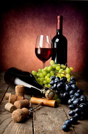 木製のテーブルにワインのある静物 写真素材