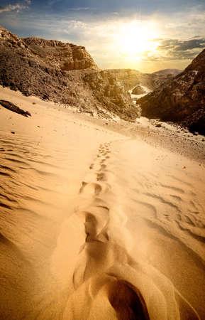 山と夕日の砂丘