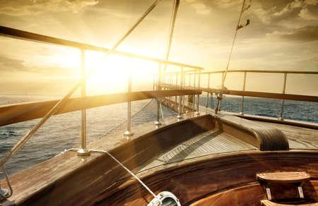 太陽ビームの海を船します。 写真素材