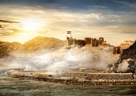 bandera de egipto: Isla de los faraones en Taba en la salida del sol