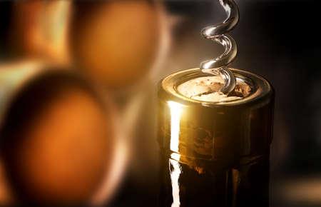 Corkscrew in a bottle on a background of barrels Banque d'images