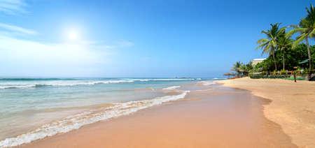 playas tropicales: Las olas del océano en la playa de arena Foto de archivo