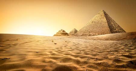 Ägyptische Pyramiden in der Wüste Sand und klarem Himmel Standard-Bild