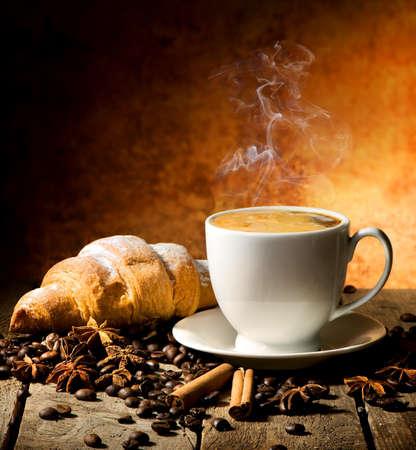 新鮮なクロワッサン、コーヒー テーブルの上のスパイス 写真素材 - 54300946
