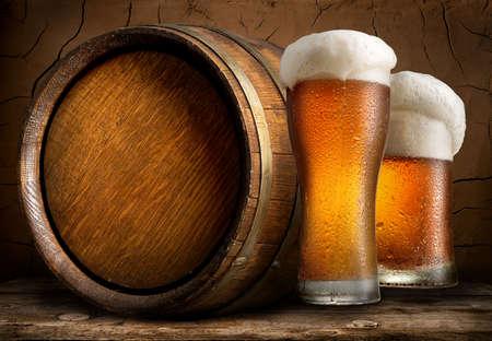 cerveza: Cerveza con el barril en una antigua bodega de la cervecería