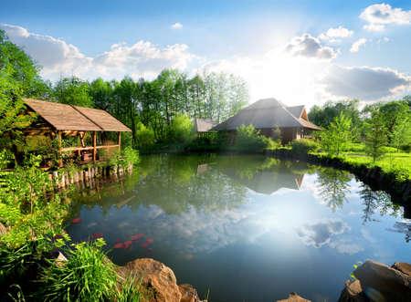 casa de campo: cabaña de madera cerca del lago en el día soleado Foto de archivo