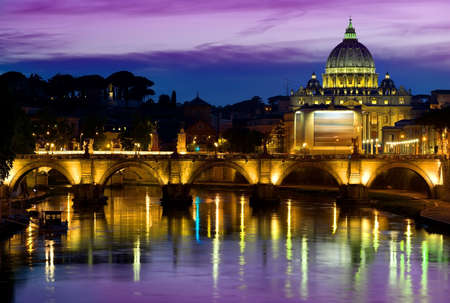 tevere: Purple sky over Vatican at sunrise, Italy Stock Photo