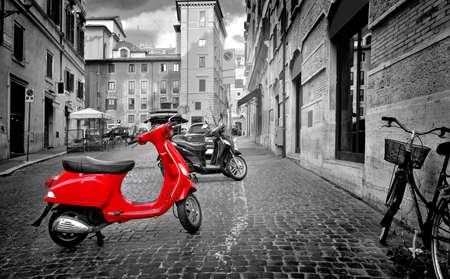 Roma, Italia - 18 de junio de 2016. Pequeña moto roja en la calle romana, Italia