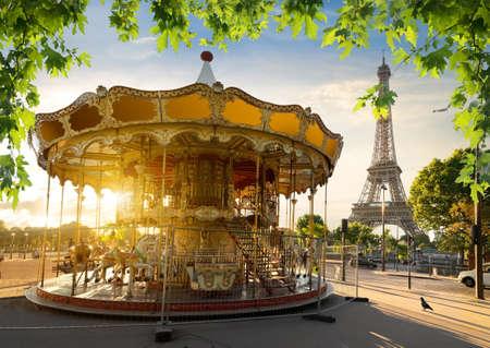 パリのエッフェル塔近くの公園でカルーセル