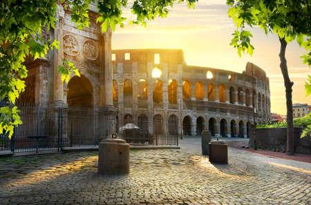 Road to Colosseum au matin ensoleillé calme