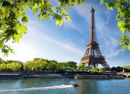 Seine in Parijs met de Eiffeltoren in zonsopgangstijd