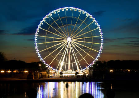 Ferris wheel and Seine Banco de Imagens - 69401758