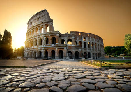 Colosseum and yellow sky Banque d'images