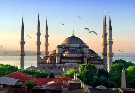 ブルー モスク、イスタンブールのマルマラ海の日の出、トルコを表示します。