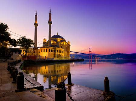 イスタンブールにあるオルタキョイ モスク 写真素材