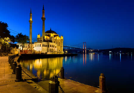Ortakoy Mosque in the morning. 版權商用圖片 - 84184709