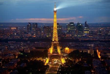 에펠 탑과 라 국방 에디토리얼