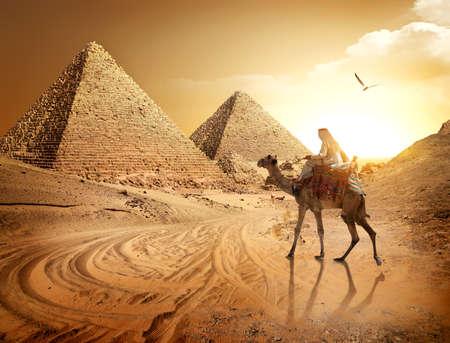 Route vers les pyramides Banque d'images - 93413067